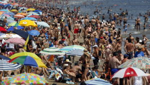 turister på strand i Spanien