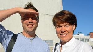 Tisdagssnackarna Larrie Griffis och Martina Harms-Aalto välkomnar sommaren.