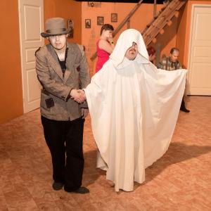 Scen ur En julsaga av teater Magnitude.