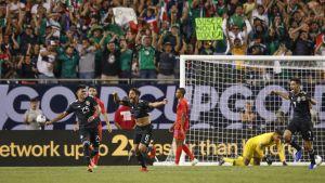 Jonathan dos Santos jublar efter sitt mål.