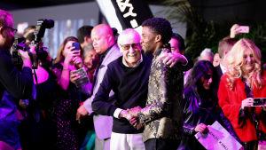 Stan Lee tillsammans med skådespelaren Chadwick Boseman, som spelar superhjälten Black Panther.