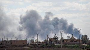 Rök stiger upp efter en artilleriattack mot IS-ställningar i Baghouz