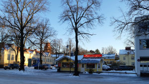 Hus i stadscentrum på vintern.