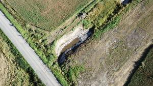 Drönarbild av en bottendam som byggts för att skydda jordmassor från att rinna ner i diken och vidare i åar och Östersjön.