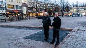 Harri Blomberg och Hans Johansson på Borgå torg.