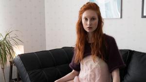 Kvinna på soffa