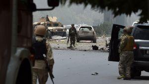 Afghansk säkerhetspersonal utanför parlamentsbyggnaden i Kabul efter attacken 22 juni.