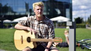 Hemmo Honkonen med en gitarr han har själv byggt