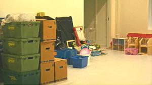 Lådor och kartonger i Merituulen koulu