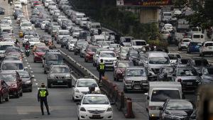 Långa bilköer i Makati utanför Manila