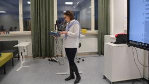 Hanna Mäki-Hallila undervisar.