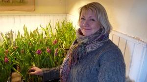 Sara Randström i sin bastukammare där hon odlar tulpaner.