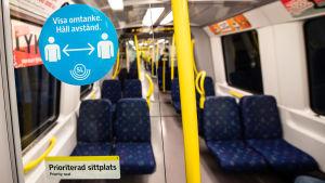 En tom tunnelbanevagn med skylt som uppmanar att hålla avstånd.