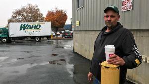Dan Black står  utanför sin arbetsplats i Easton, Pennsylvania.