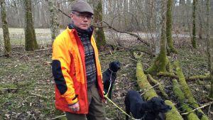 man med hundar i skogsmiljö