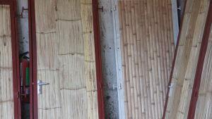 Ovia bambusta tulevaan arkkitehtitoimiston turvakeskukseen Tansianiassa.