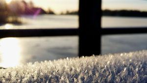 Frost, is och ett räck som ser ut som korset i Finlands flagga.