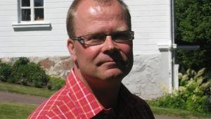 Jyrki Hakkarainen var kommundirektör i Pojo och utvecklingsdirektör i Raseborg.