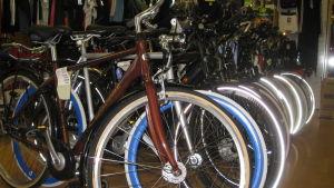 Nya cyklar står uppradade i en cykelaffär.