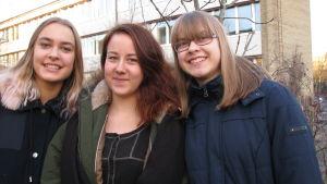 Line, Vera och Kajsa vid skolan i december 2014.
