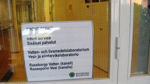 skylt till frontoffice i Raseborgs stadshus
