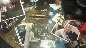 Bilder på kaffebordet i Atlantis studion. Bland andra Björn och Benny.
