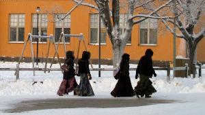 Fyra elever på väg till skolan