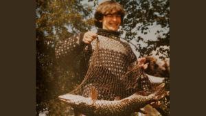 Säveltäjä Magnus Lindberg nuorena poikana kalasaaliin kanssa.