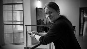 Antti Lehtinen nojaa kaiteeseen ja hymyilee kameralle.