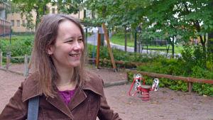 Janica Hindle poserar på Håkansböle daghems gård.