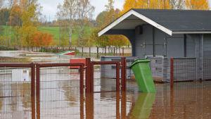 En översvämmad minigolfplan.