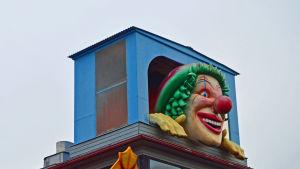 Närbild på clownen på lustiga huset Vekkula, på Borgbacken.