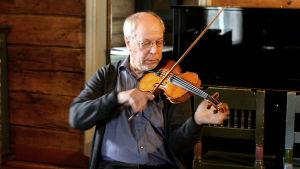 Mauno Järvelä soittaa viulua