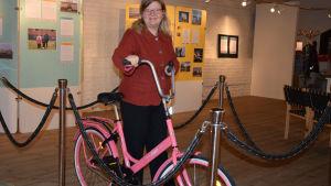 Laura Lotta Andersson står vid en jopocykel.
