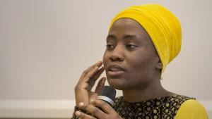 Itohan Okundaye puhuu Toisenlaisia tarinoita -kampanjan avaustilaisuudessa