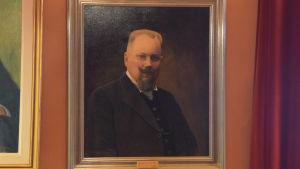 Fotografi av en tavla som föreställer borgmästare Harry Winqvist.