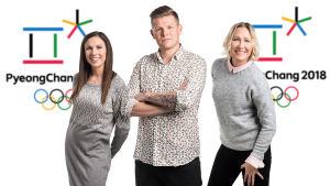 Petra Manner, Antti-Jussi Sipilä ja Inka Henelius seisomassa Pyeongchangin talviolympialaisten logon edessä