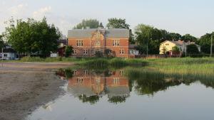 Gamla bastun, en stor röd tegelbyggnad i Ekenäs.