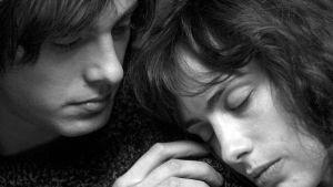 Etienne (Andranic Manet) ja Annabelle (Sophie Verbeeck) elokuvassa Oppivuodet pariisilaisittain