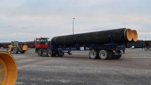 Lastning av gasrör i Koverhar hamn, Hangö. Del av Nord Stream 2-gasledningsbygget.