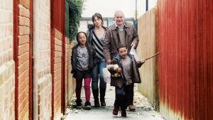 Daisy (Briana Shann), Katie (Hayley Squires), Daniel Blake (Dave Johns) ja Dylan (Dylan McKiernan) elokuvassa Minä, Daniel Blake