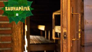 Avoinna oleva saunan ovi