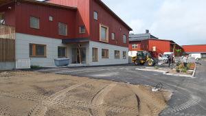 Utomhusbild av nya Kvevlax lärcenter som är fem före färdigt.
