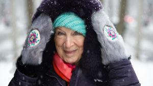 Kirjailija Margaret Atwood lähikuvassa talvivarusteissa.