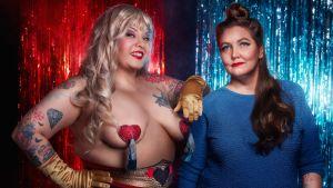 Burleskitaiteilija Bettie Blackheart ja elokuvaohjaaja Iina terho poseeraavat punaista kimallekulissia vasten. Kuva dokumenttielokuvasta Full of Love – pakomatka pakastimesta.