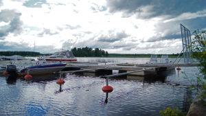 veneitä laiturissa