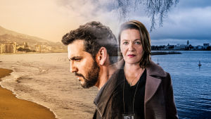 Kuvassa Andrés (Fran Perea) ja Hilkka (Riitta Havukainen) puoliksi Espanjan aurinkorannalla, puoliksi sinisessä suomalaisessa maisemassa.