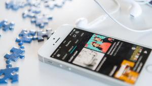 Yle Areenan sovellus pöydällä olevan matkapuhelimen näytöllä.