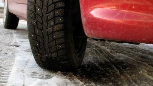 Vinterdäck på en framhjul på personbil.
