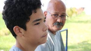 Iranska pappan och sonen bor på ett flyktingläger i Serbien